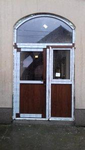 drzwi pcv z łukiem kolor orzech