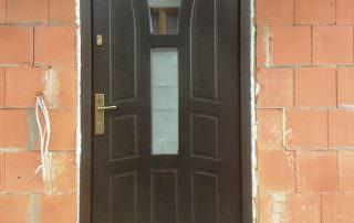 ciemne drzwi zewnętrzne z przeszkleniami